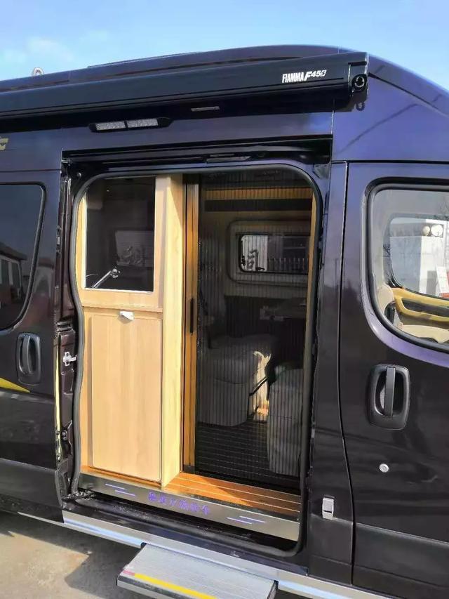 功能全面设计用心——鲁道尔东风御风B型房车