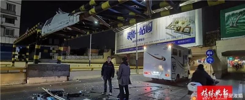 """突发!桂林一辆房车在西门铁路桥下被""""削顶"""",还是新车……"""