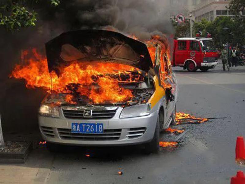 50万买的房车带妈妈回家过年,路上烧没了!